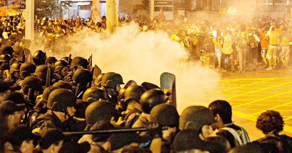 30.jun.2013 - Polícia e manifestantes entrem em confronto perto do Maracanã