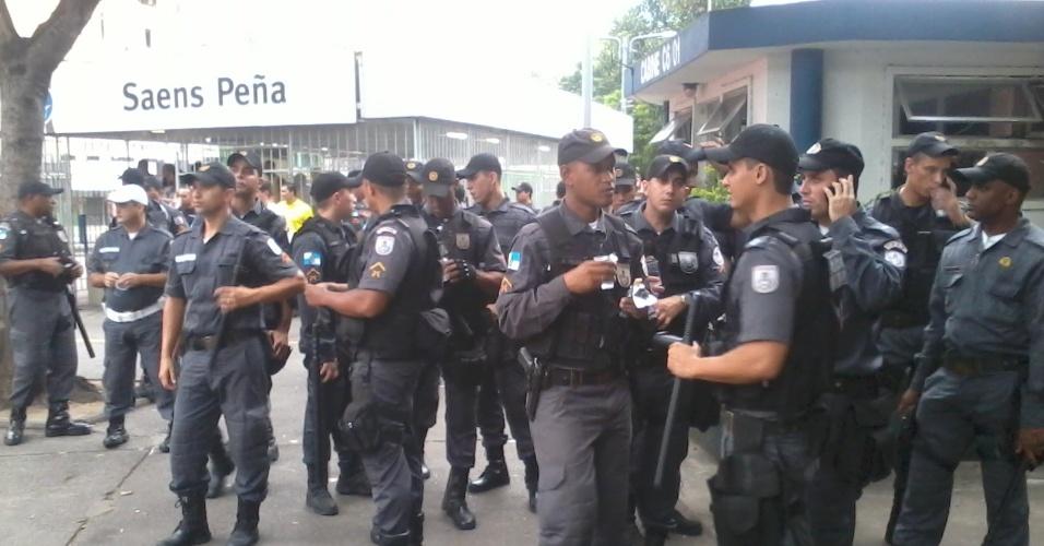 30.jun.2013 - Polícia monta seu efetivo em frente à estação Saens Peña