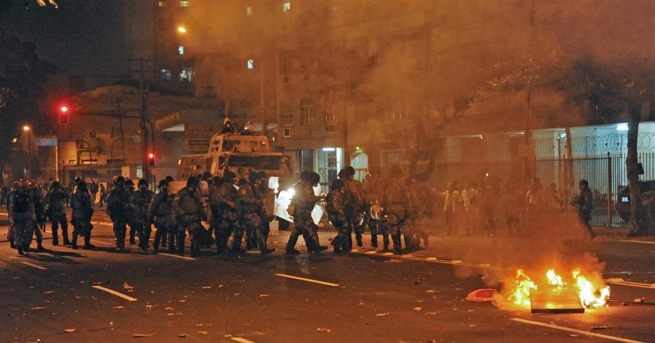 30.jun.2013 - Policiais controlam manifestantes que colocaram fogo perto do Maracanã
