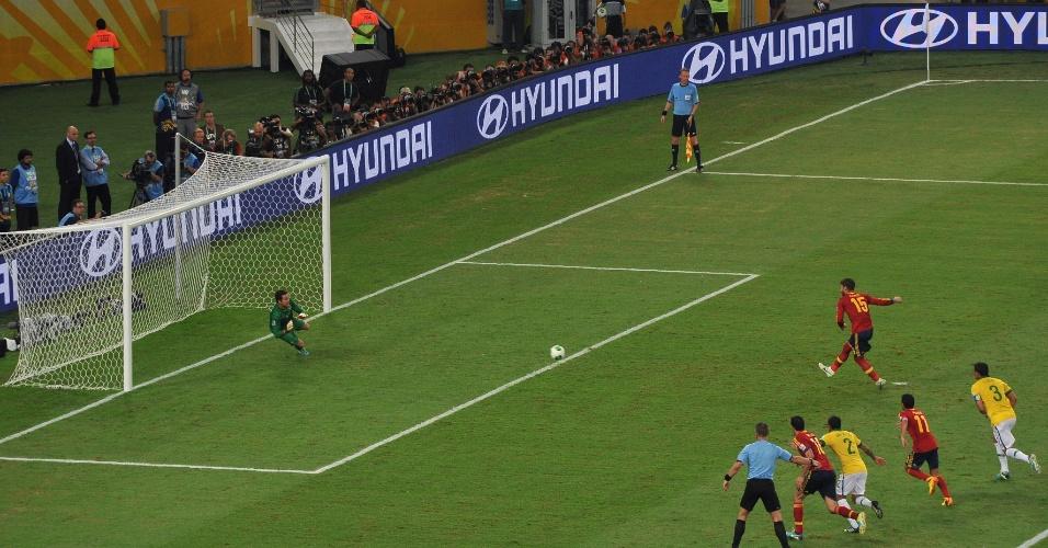 30.jun.2013 - Sergio Ramos cobra pênalti para fora na final da Copa das Confederações, no Maracanã