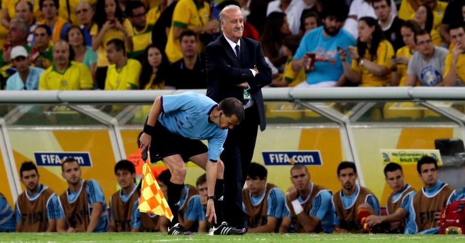 30.jun.2013 - Técnico da Espanha, Vicente Del Bosque, observa partida contra o Brasil na final da Copa das Confederações