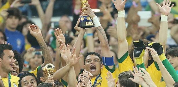 Thiago Silva levanta taça de campeão da Copa das Confederações
