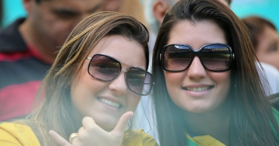 30.jun.2013 - Torcedoras se vestem de camisa do Brasil para assistir ao duelo entre Uruguai e Itália na Fonte Nova