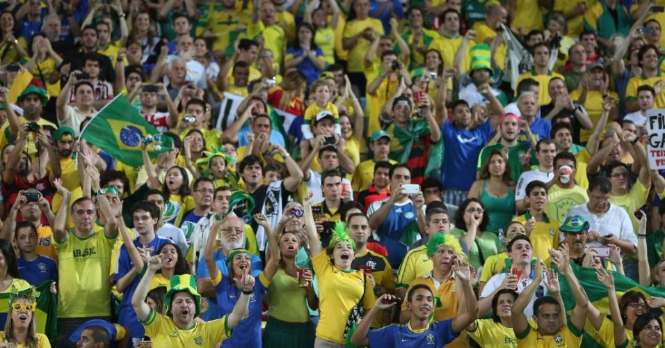 30.jun.2013 - Torcida faz festa na arquibancada do Maracanã durante a vitória brasileira sobre a Espanha na final da Copa das Confederações