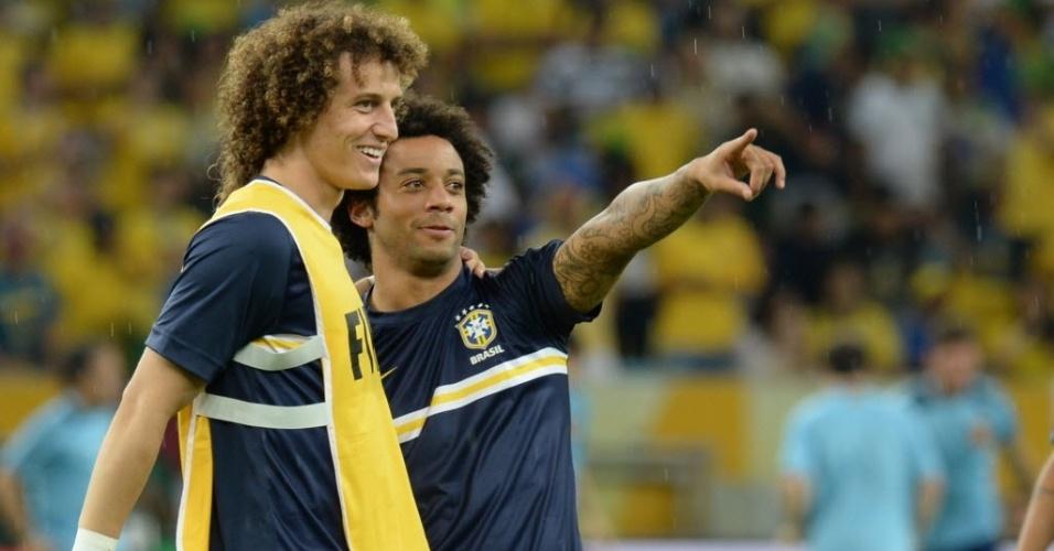 David Luiz e Marcelo conversam durante aquecimento da seleção brasileira para a final contra a Espanha no Maracanã