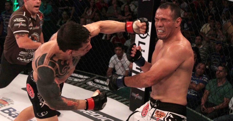 Ederson Lion acerta golpe em Jackson Mora; ele venceu por finalização aos 20s do segundo round, no Jungle Fight 54, em Barra do Piraí (RJ)