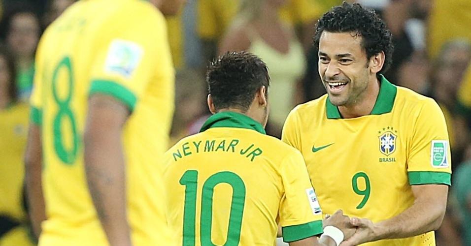 Fred comemora com Neymar após marcar o primeiro gol do Brasil na final da Copa das Confederações contra a Espanha