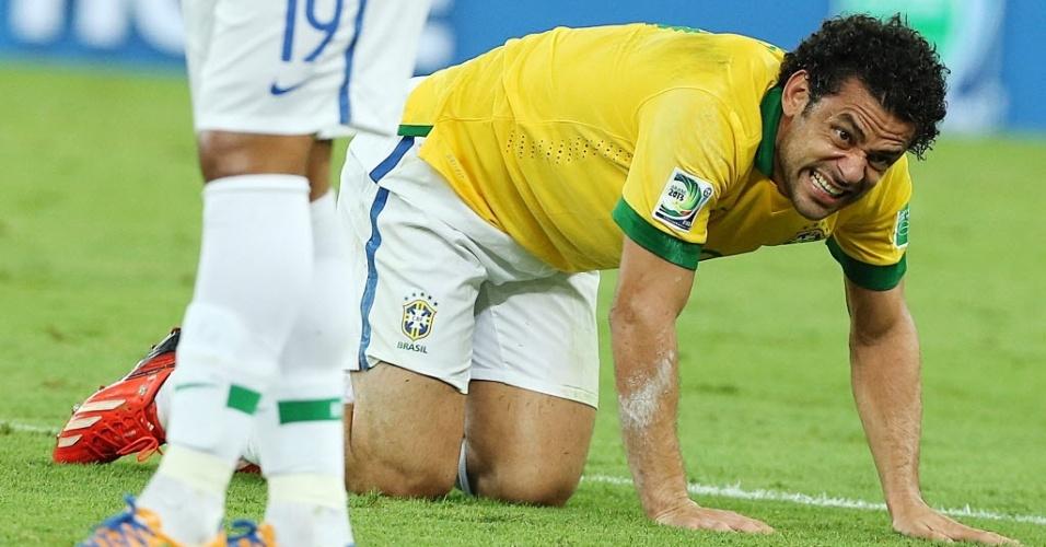 Fred fica caído no gramado durante final da Copa das Confederações entre Brasil e Espanha