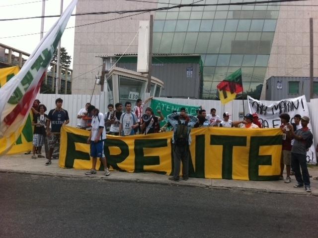 Manifestantes protestam na frente de prédio da CBF na Barra da Tijuca. Grupo pede saída de Marin do comando da entidade. Os protestantes invadiram o prédio.