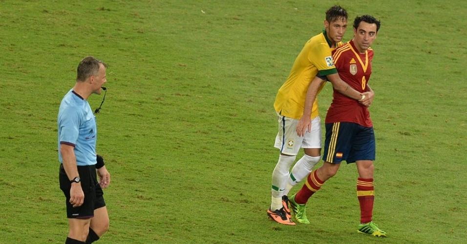 Neymar abraça Xavi após vitória do Brasil sobre a Espanha