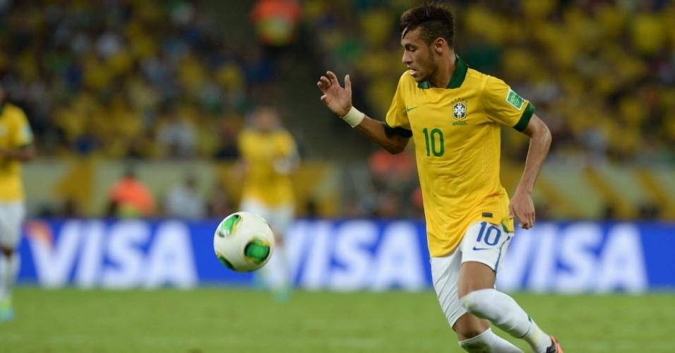 Neymar controla a bola durante final entre Brasil e Espanha