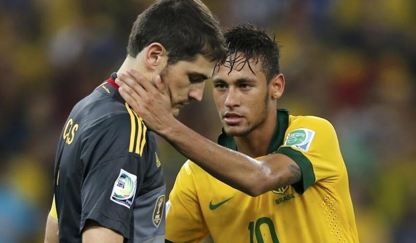 Neymar cumprimenta Iker Casillas após vitória do Brasil por 3 a 0 sobre a Espanha na final da Copa das Confederações