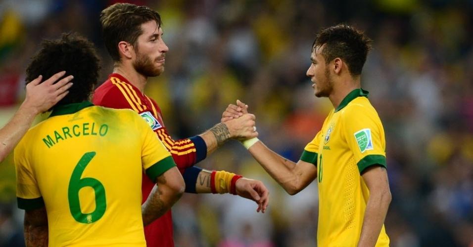 Neymar cumprimenta o zagueiro Sergio Ramos após vitória do Brasil sobre a Espanha por 3 a 0