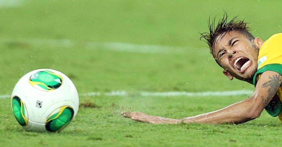 Neymar fica no chão após sofrer falta durante partida entre Brasil e Espanha