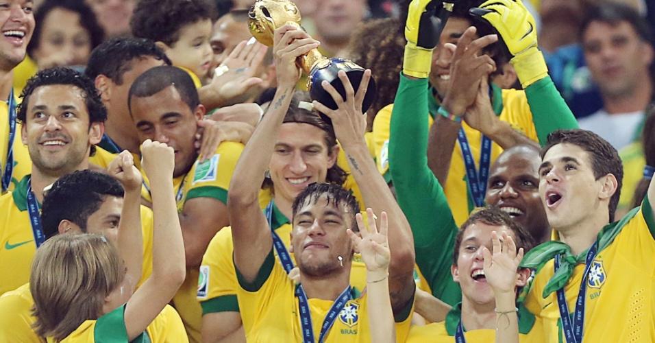 Neymar levanta a taça de campeão da Copa das Confederações após a vitória por 3 a 0 sobre a Espanha