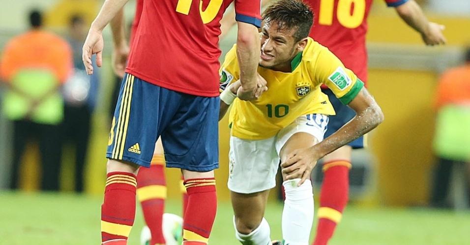 Neymar levanta após sofrer falta no meio campo durante final da Copa das Confederações entre Brasil e Espanha