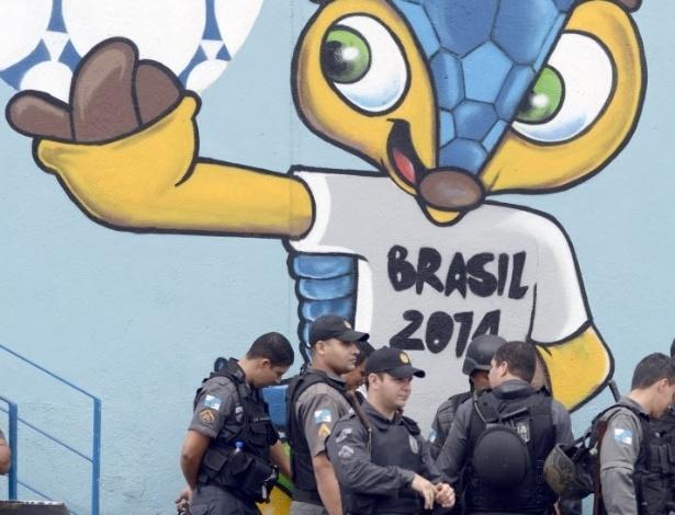 Policiais se concentram em rua próxima ao Maracanã