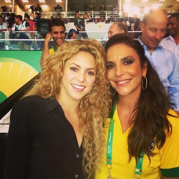 Shakira posa para foto ao lado de Ivete Sangalo no Maracanã