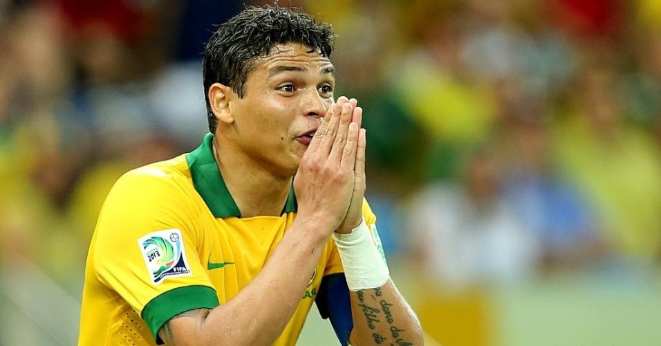 Thiago Silva reclama com arbitragem após marcação de falta durante partida entre Brasil e Espanha