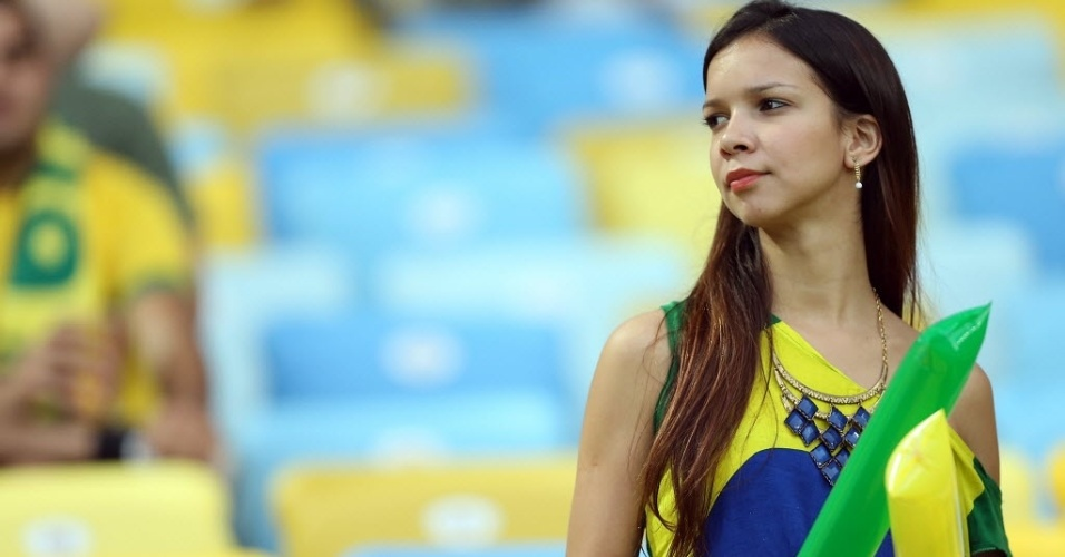 Torcedora aguarda início da final da Copa das Confederações entre Brasil e Espanha no Maracanã