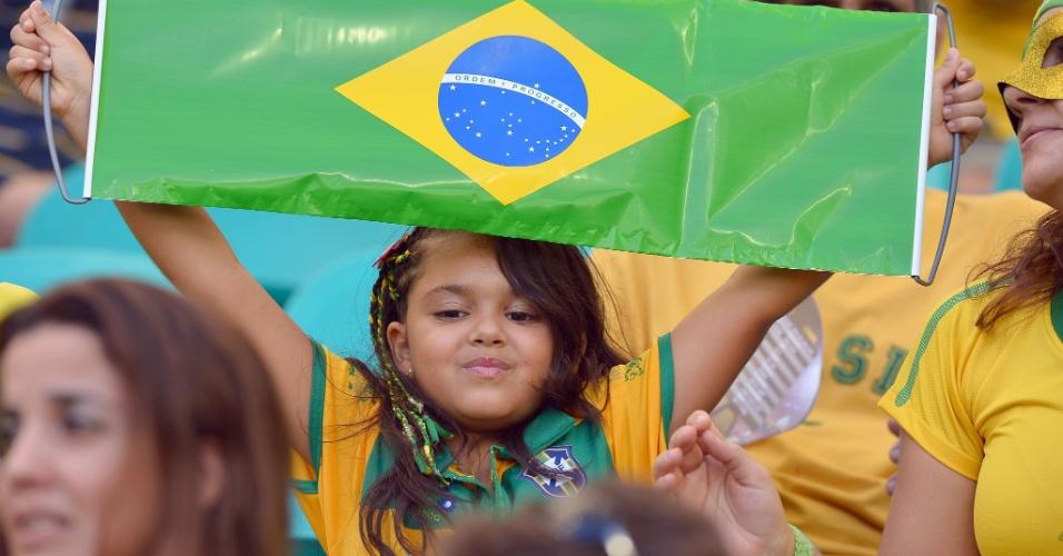 15.jun.2013 - Torcedora mirim aguarda início do jogo entre Brasil e Japão pela abertura da Copa das Confederações em Brasília