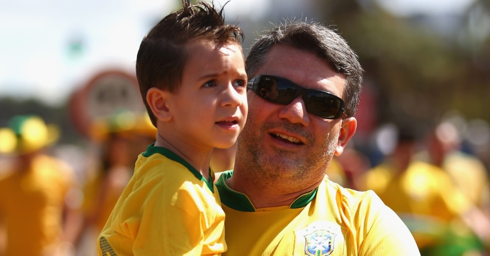 15.jun.2013 - Torcedores chegam ao estádio Mané Garrincha para acompanhar a abertura da Copa das Confederações entre Brasil e Japão