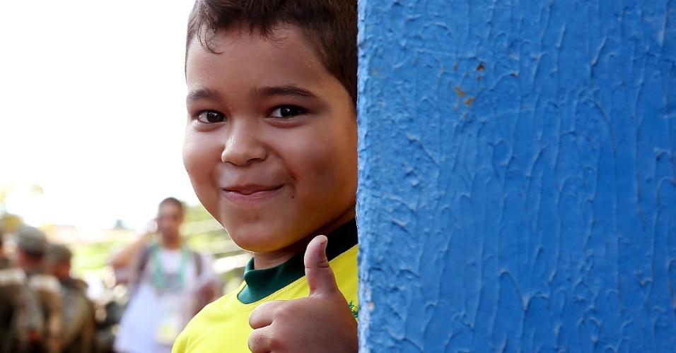 17.jun.2013 - Garotinho aguarda do lado de fora do estádio para acompanhar um treino aberto da seleção brasileira em Fortaleza