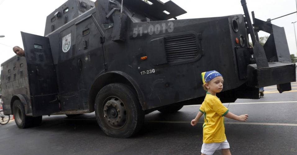 30.jun.2013 - Garotinho passa por carro blindado da polícia a caminho do Maracanã para o jogo entre Brasil e Espanha pela final da Copa das Confederações