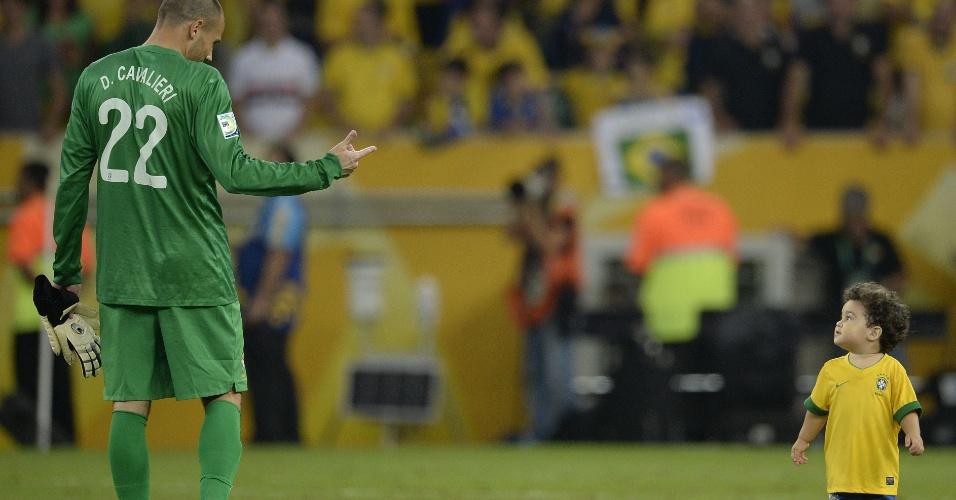 30.jun.2013 - Goleiro brasileiro Diego Cavalieri se diverte com o filho na premiação da Copa das Confederações