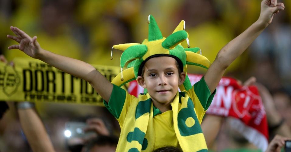 30.jun.2013 - Torcedor mirim aguarda início da final da Copa das Confederações entre Brasil e Espanha no Maracanã