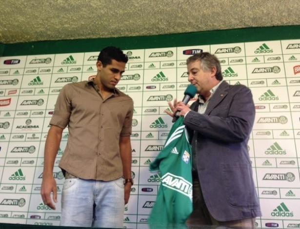 Alan Kardec recebe camisa do Palmeiras das mãos do presidente Paulo Nobre