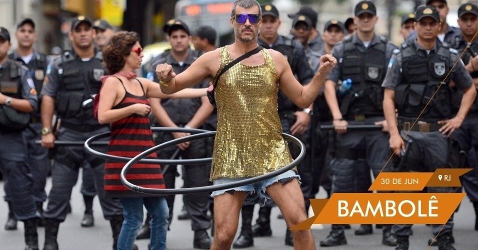 BAMBOLÊ Policiais observam grupo de manifestantes com bambolês em protesto contra os gastos da Copa do Mundo nas cercanias do Maracanã horas antes da final entre Brasil e Espanha
