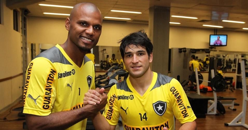 Jefferson e Lodeiro se cumprimentam durante treino do Botafogo na academia do Engenhão