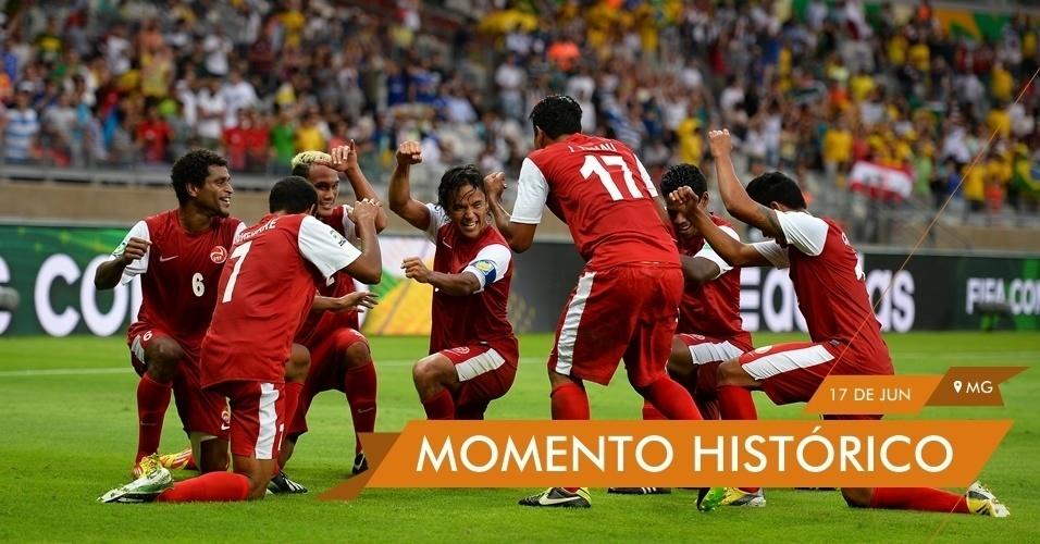 MOMENTO HISTÓRICO - Jogadores do Taiti comemoram o gol marcado contra a Nigéria na estreia da competição. Taitianos perderam o jogo por 6 a 1, mas garantiram um lugar no coração da torcida brasileira