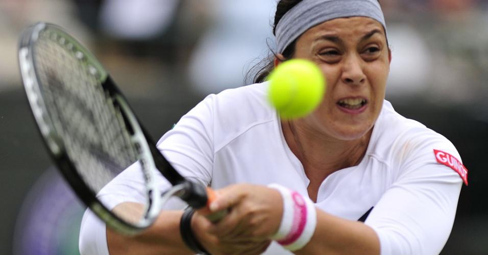 02.jul.2013 - Marion Bartoli faz careta ao rebater a bolinha durante a partida contra Sloane Stephens pelas quartas de final da Wimbledon
