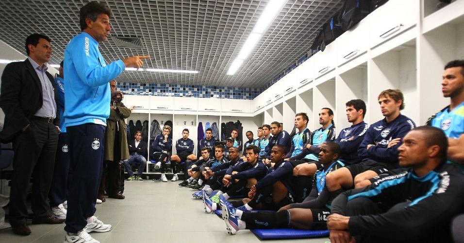 Renato Gaúcho conversa com jogadores do Grêmio em apresentação (02/07/2013)