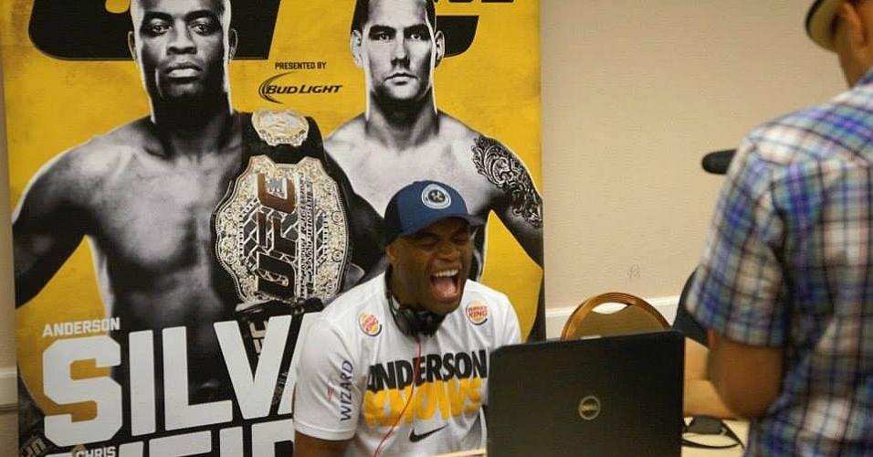 02.jul.2013 - Anderson Silva brinca nos bastidores do UFC, antes de defender o cinturão contra Chris Weidman neste sábado