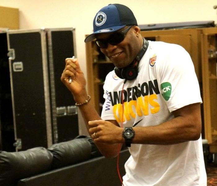 02.jul.2013 - Anderson Silva se diverte nos bastidores do UFC 162, antes de defender seu cinturão pela 11ª vez, contra Chris Weidman, sábado em Las Vegas