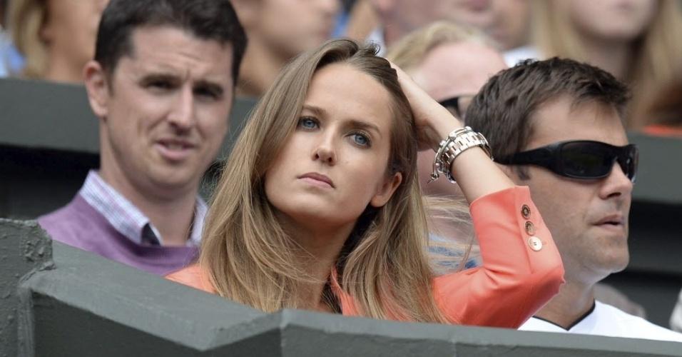 03.jul.2013 - A namorada de Andy Murray, Kim Sears, fica com cara de preocupada após ver o britânico perder os dois primeiros sets para Fernando Verdasco