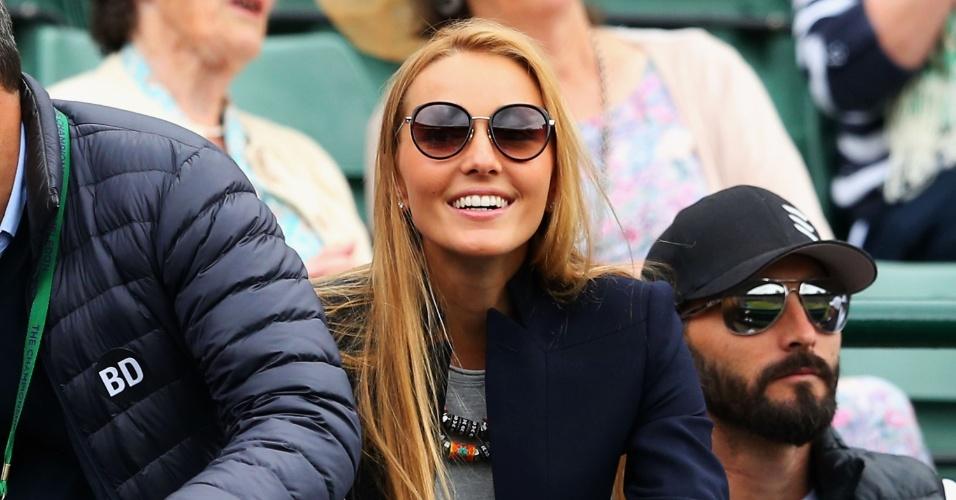 03.jul.2013 - A namorada de Novak Djokovic, Jelena Ristic, acompanha a partida do sérvio contra Tomas Berdych em Wimbledon