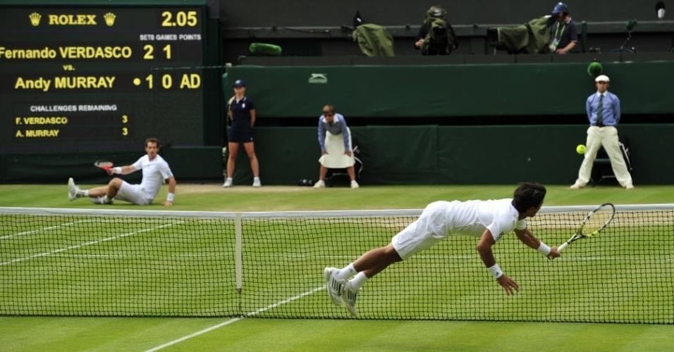 03.jul.2013 - Com Andy Murray caído, Fernando Verdasco tenta voleio na rede em belo ponto nas quartas de final de Wimbledon
