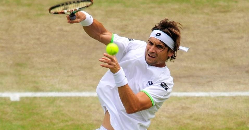 03.jul.2013 - David Ferrer tenta voleio na rede durante partida contra Del Potro nas quartas de Wimbledon