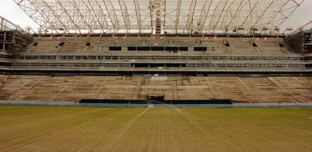 03.jul.2013 - Gramado do Itaquerão, futuro estádio do Corinthians, começa a crescer