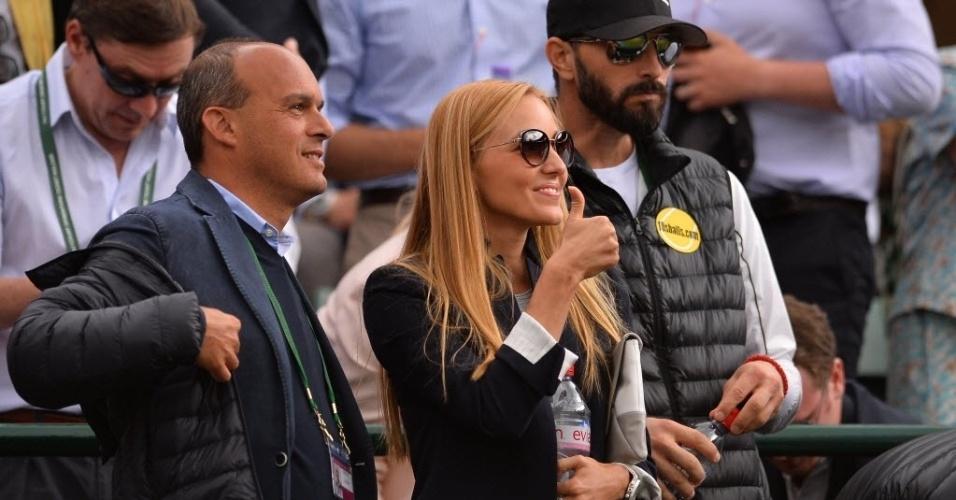 03.jul.2013 - Jelena Ristic, namorada de Djokovic, faz sinal de positivo para o sérvio após ele se classificar para s semifinais de Wimbledon