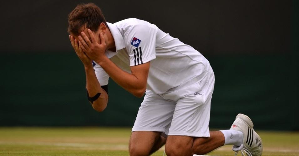 03.jul.2013 - Jerzy Janowicz coloca as mãos no rosto e se ajoelha em Wimbledon após garantir vaga nas semifinais