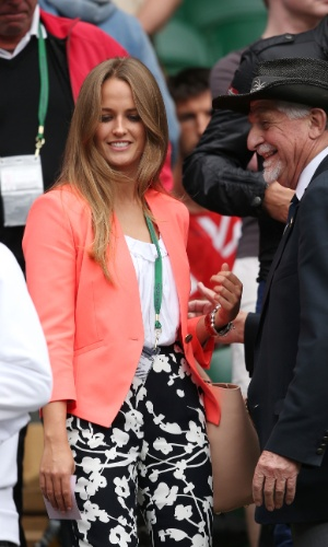 03.jul.2013 - Kim Sears chega para acompanhar a partida de seu namorado Andy Murray contra Fernando Verdasco na quadra central de Wimbledon