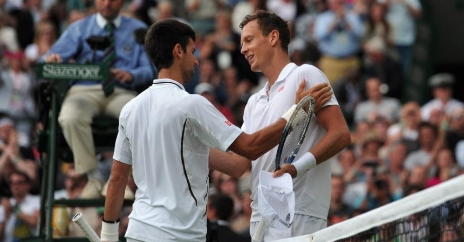 03.jul.2013 - Novak Djokovic e Tomas Berdych se cumprimentam após a partida entre ambos pelas quartas de Wimbledon