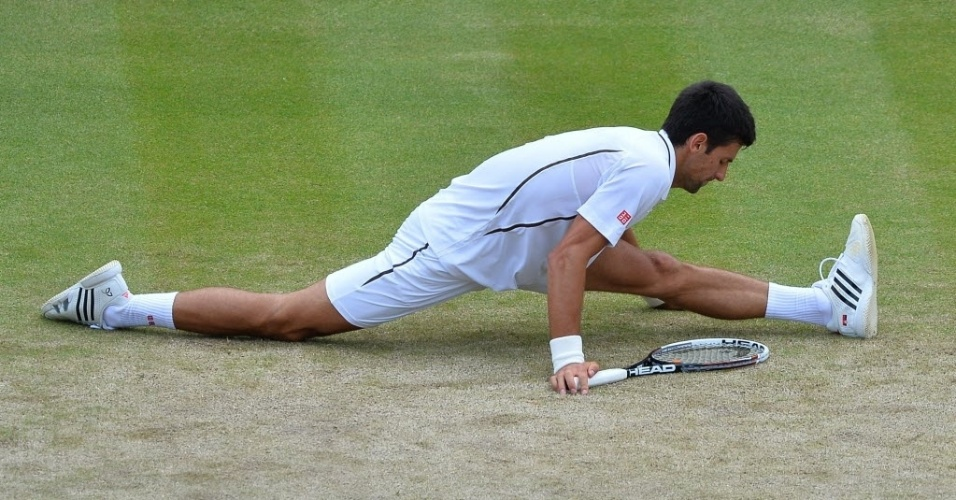 03.jul.2013 - Novak Djokovic lamenta tombo após escorregão na quadra 1 de Wimbledon