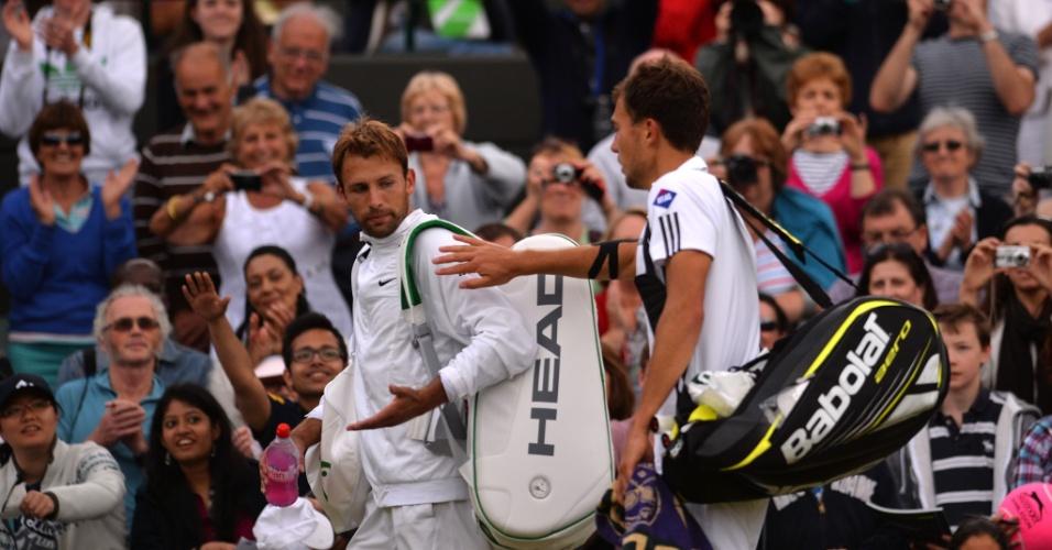 03.jul.2013 - Polonês Jerzy Janowicz (à direita) cumprimenta compatriota Lukasz Kubot após a vitória que garantiu a vaga na semifinal de Wimbledon