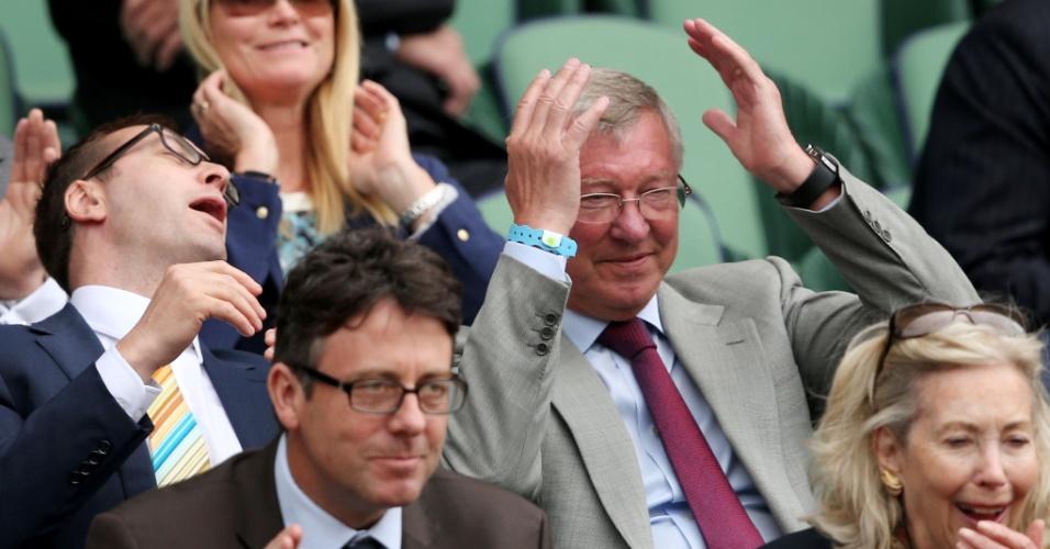 03.jul.2013 - Sir Alex Ferguson reage durante ponto da partida entre Andy Murray e Fernando Verdasco em Wimbledon